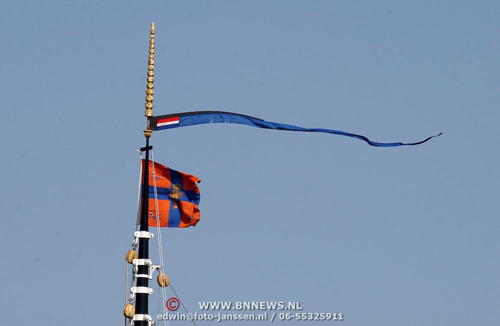 NLD/Muiden/20050514 - Koninging Beatrix komt terug van een dagje zeilen op de Groene Draeck met vrienden in de haven van Muiden, persoonlijke vlag in top