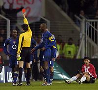 Fotball<br /> Foto: SBI/Digitalsport<br /> NORWAY ONLY<br /> <br /> UEFA Champions league.<br /> PSV Eindhoven v Arsenal<br /> 24/11/2004.<br /> <br /> Lauren is sent off aftre a foul on Young-Pyo Lee