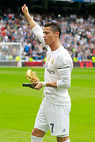 Real Madrid's Cristiano Ronaldo poses whit the Golden Shoe Award during La Liga match.  October 17,2015. (ALTERPHOTOS/Acero)