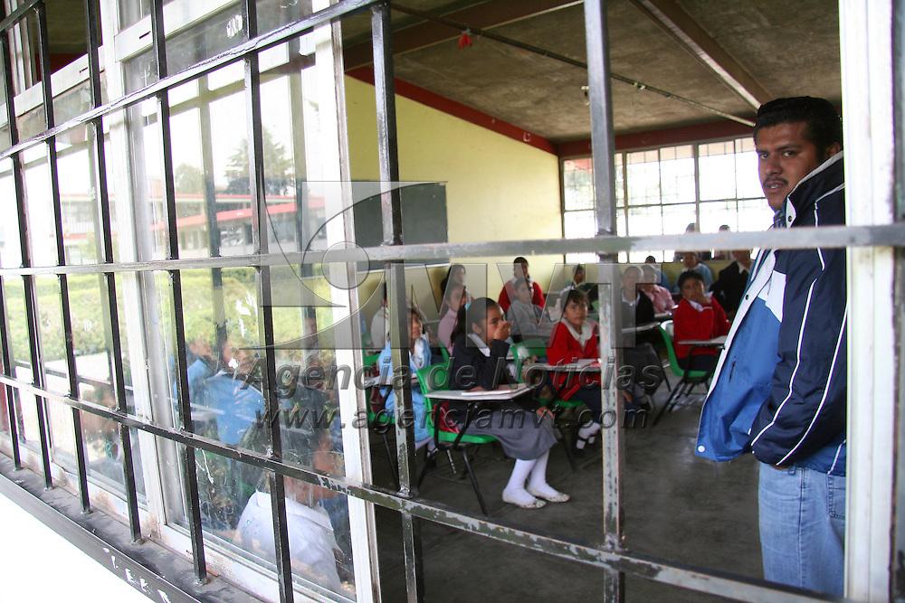 """Toluca, Mex.- Al dar inicio al ciclo escolar 2008-2009, miles de alumnos regresaron hoy a clases en el país, como los alumnos de la Escuela Secundaria Oficial No. 264 """"Antonio de Mendoza"""", en San Cristobal Huichochitlan. Agencia MVT / Luis Enrique Hernandez V. (DIGITAL)<br /> <br /> <br /> <br /> NO ARCHIVAR - NO ARCHIVE"""