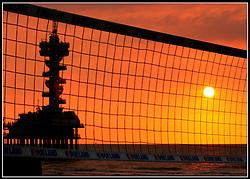 23-08-2003 NED: NK Beachvolleybal, Scheveningen<br /> De Pier, Zonsondergang, Beachvolleybal net, Sfeerbeeld van het NK beachvolleybal