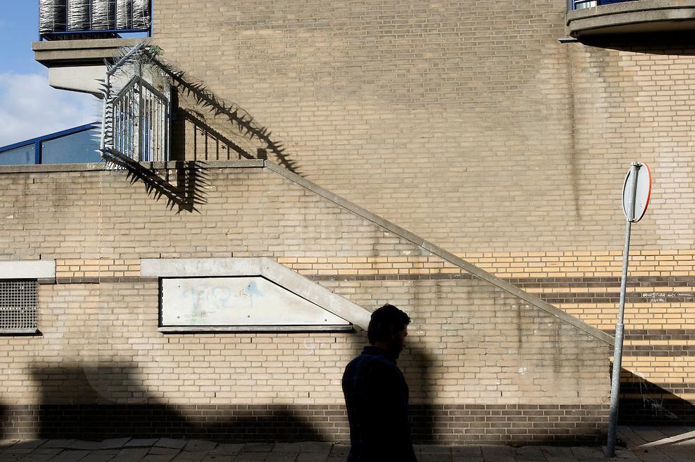 """Nederland Rotterdam 10 september 2007 .Probleemwijk Oude Noorden Rotterdam is een van de 40 wijken waar het kabinet 2,4 miljard voor heeft gereserveerd in de miljoenennota om de problematiek in deze wijken het hoofd te bieden.  ?Het kabinet trekt in de begroting voor 2008 het meeste extra geld uit voor de 'onderkant' van de samenleving.in de miljoenennota 2007 trekt Justitie 34,6 miljoen extra uit voor het terugdringen van de jeugdcriminaliteit. Voor inburgering en integratie wordt 80 miljoen extra uitgetrokken. Justitie is in totaal 360 miljoen euro kwijt aan uitvoering van de pardonregeling voor een oude groep asielzoekers. De woningcorporaties dragen 2,5 miljard bij aan de probleemwijken. Het rijk stelt 500 extra wijkagenten beschikbaar. Corporaties steken 2,5 miljard in probleemwijken.De woningbouwcorporaties gaan de komende tien jaar 2,5 miljard euro investeren in de aanpak van de veertig probleemwijken. Dat staat in een akkoord dat minister voor Wonen, Wijken en Integratie Ella Vogelaar (PvdA) maandag heeft bereikt met de koepel van de woningcorporaties Aedes. De koepel had de gesprekken eerder opgeschort uit onvrede over de eenzijdige beslissing van het kabinet om de corporaties een belastingverhoging op te leggen..Over de belastingverhoging is nu nog geen besluit genomen. Het nieuwe akkoord tussen Vogelaar en Aedes zorgt voor de oprichting van een fonds waarin alle Nederlandse woningcorporaties jaarlijks, naar draagkracht, in totaal 250 miljoen storten. In tien jaar leidt dat tot een kapitaal van 2,5 miljard. De woningcorporaties houden dat geld wel in eigen beheer. """"We hebben echt een doorbraak bereikt"""", stelde een vrolijke Vogelaar maandag..Volgens de minister kunnen de veertig probleemwijken laagdrempelig geld uit het fonds opvragen. Daarvoor moeten ze wel een zogeheten wijkactieplan overleggen, waarin staat hoe ze de achterstandsbuurten willen verbeteren. Volgens Vogelaar zijn de eerste wijkactieplannen in oktober klaar..Het kabinet wilde eerder dat de c"""