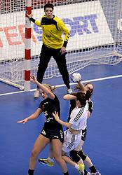 08-12-2013 HANDBAL: WERELD KAMPIOENSCHAP ZUID KOREA - NEDERLAND: BELGRADO <br /> 21st Women s Handball World Championship Belgrade. Nederland verliest de tweede partij van het WK met 29-26 van Korea / Debbie Bont<br /> ©2013-WWW.FOTOHOOGENDOORN.NL