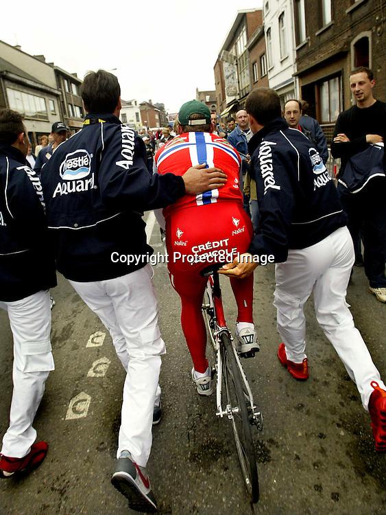 Charleroi, Belgia, 20040704:  Tour de France. Thor Hushovd t.v. spurtet inn til 3. plass og her baner han seg vei frem for å motta den grønne trøya...Foto: Daniel Sannum Lauten/Dagbladet *** Local Caption *** Hushovd,Thor..