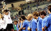 WK Hockey.  Duitsland werd wereldkampioen en nam de titel van Oranje over. De Nederlanders wonnen brons en kijken hoe Duitsland-aanvoerder Florian Kunz de trofee toont.
