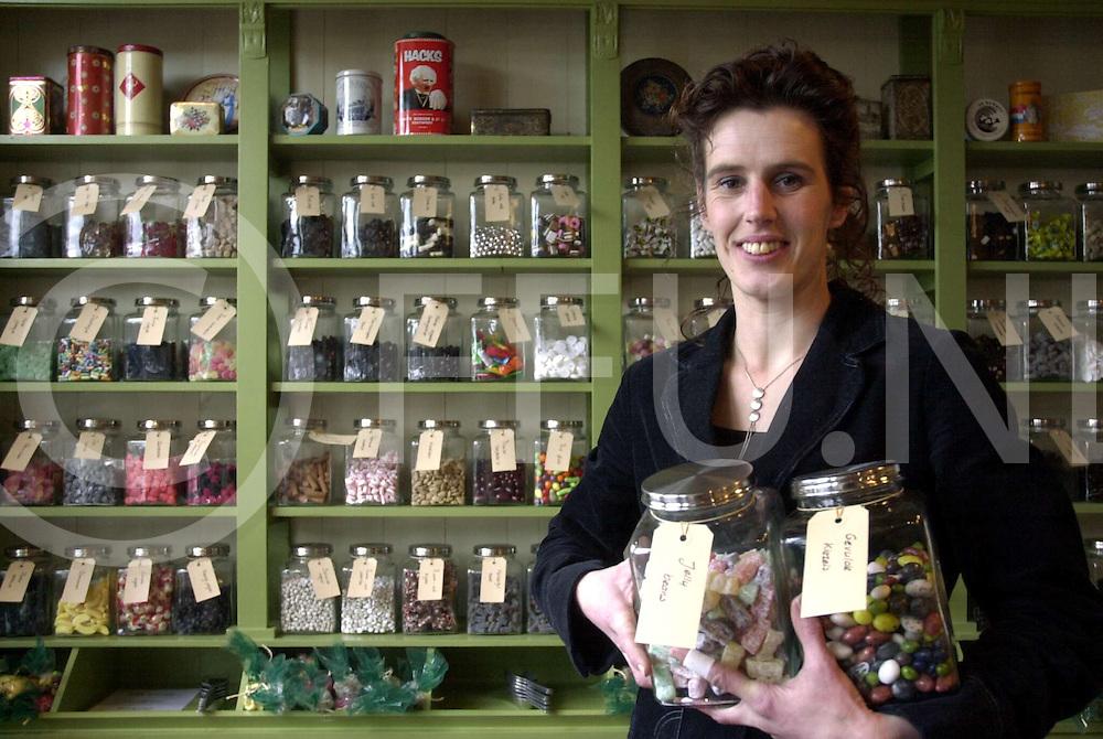060207, dedemsvaart, ned,<br />Nostalgische snoepwinkel aan de julianastraat van Angelique Westdijk, Foto Angelique in de winkel,<br />fotografie frank uijlenbroek©2006 michiel van de velde