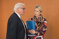 29 OCT 2014, BERLIN/GERMANY:<br /> Frank-Walter Steinmeier (L), SPD, Bundesaussenminister, und Manuela Schwesig (R), SPD, Bundesfamilienministerin, im Gespraech, vor Beginn der Kabinettsitzung, Bundeskanzleramt<br /> IMAGE: 20141029-01-003<br /> KEYWORDS: Sitzung, Kabinett, Gespräch