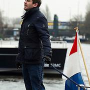 Amsterdam, 27-02-2014.  Vandaag werden enkele grote bijzondere boten voor de HISWA Boat Show uit de Amstel getakeld. Het transport naar Amsterdam RAI gebeurt vannacht rond 01.15 uur. Als de laatste tram voorbij is, worden de bovenleidingen op het Europaplein gedemonteerd en diverse stoplichten zullen worden weggedraaid om plaats te maken voor het transport van de schepen. Op één van de boten stond de bekende Nederlandse cabaratier en televisiepresentator Ruben Nicolai.