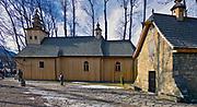 Najstarszy drewniany kościół w Zakopanem, zwany Starym Kościołem, po prawej kapliczka Gąsieniców.