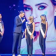 NLD/Hilversum/20160926 - Finale Miss Nederland 2016, Victor Brand in gesprek met Missen Francis Everduim, Michelle van Sonsbeek en Tiffany van der Zon