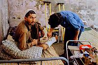 Pakistan, Khyber Pakhtunkhwa, Peshawar, camp de refugiés Afghan, combatant blessé à l'hopital // Khyber Pakhtunkhwa, Peshawar, Afghan refugee camp