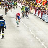 Frankrijk, Utah Beach, 02-07-2016<br />Wielrennen, Tour de France, 1e etappe.<br />Van Mont-Saint-Michel naar Utah Beach.<br />Dylan Groenewegen, nederlands kampioen, komt met gebogen hoofd op de finish af.<br />Foto: Klaas Jan van der Weij