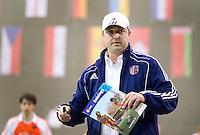 LEIPZIG - Bondscoach Robin Rosch geeft uitleg, vrijdag tijdens de wedstrijd tussen Nederland en Engeland bij het EK Zaalhockey in Leipzig.  ANP KOEN SUYK