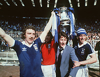 Fotball<br /> England historie<br /> Foto: Colorsport/Digitalsport<br /> NORWAY ONLY<br /> <br /> Kevin Beattie - left (Ipswich Town) celebrates with the FA Cup trophy. David Geddis (right). FA Cup Final 1978, Ipswich Town v Arsenal @ Wembley