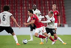 Thomas Delaney (Danmark) får et skub af Thorgan Hazard (Belgien) under UEFA Nations League kampen mellem Danmark og Belgien den 5. september 2020 i Parken, København (Foto: Claus Birch).