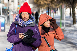 © Licensed to London News Pictures. 15/12/2016. Chicago, USA. The city of Chicago suffers the first severe cold of the year with daytime temperatures of -5F or -15C recorded.  Commuters and visitors wrap up to deal with the frigid temperatures and associated wind chill.  Photo credit : Stephen Chung/LNP