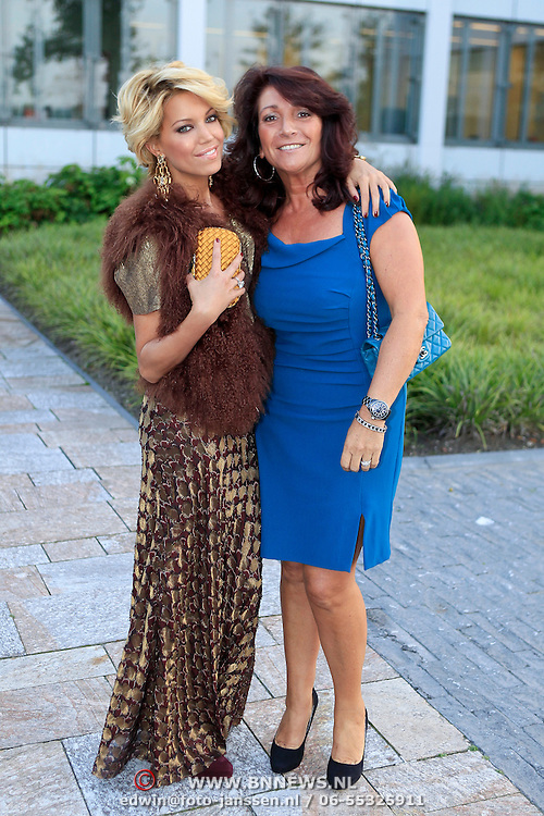 NLD/Vianen/20110915 - Modeshow Mix & Match Dani Bles 2011, Sylvie van der Vaart - Meis en schoonmoeder