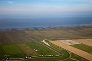 Nederland, Friesland, Gemeente Ferweradeel, 08-09-2009; zeedijk tussen de polders van het oude land en Noard-Fryslan Butendyks: eerst de zomerpolders (tegen de dijk), dan kwelders en als laatste de onbegroeide slikvelden van de kwelderwerken (landaanwinning). Noord Friesland Buitendijks is in beheer bij It Fryske Gea, maar eigendom van de Dienst der Domeinen (Rijksvastgoed- en Ontwikkelingsbedrijf, RVOB).Seawall between the old and new polders of Noard Fryslan Butendyks: first the summer polders (next to the seawall), then salt marshes and finally the barren fields of mud (land reclamation). .luchtfoto (toeslag); aerial photo (additional fee required); .foto Siebe Swart / photo Siebe Swart
