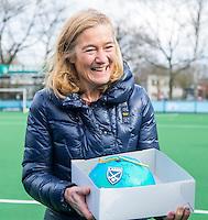 LAREN - Hockey - Hoofklasse competitie dames . Laren-Den Bosch (1-2). Naomi van As, beste speelster van de wereld 2016, krijgt een taart van  Laren-voorzitter Micky Adriaansens (foto).  COPYRIGHT KOEN SUYK