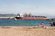 Liguria,Spiaggia libera davanti al bacino portuale di Vado Ligure