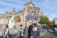 """20 SEP 2019, BERLIN/GERMANY:<br /> Demonstratin mit einem Schild """"EIN TOTER PLANET IST AUCH SCHLECHT FÜR DIE WIRTDCHAFT"""", Fridays for Future Demonstration für Massnahmen zur  Begrenzung des Klimawandels, vor dem Reichstagsgebaeude, Scheidemannstrasse <br /> IMAGE: 20190920-01-108<br /> KEYWORDS: Demo, Demonstrant, Protest, Protester, Demonstration, Klima, climate, change"""