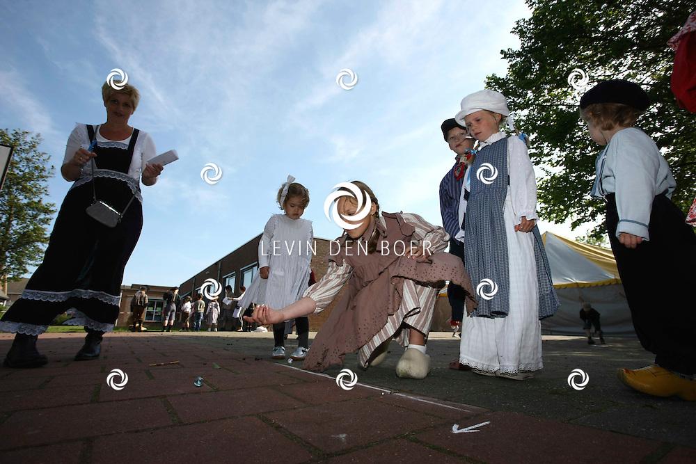 ZUILICHEM - Op de basisschool in Zuilichem waren er de Oud Hollandse Spelen georganiseerd voor de schoolkinderen. Tevens waren alle kinderen in klederdracht. FOTO LEVIN DEN BOER - PERSFOTO.NU