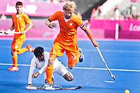 LONDEN - Floris Evers in duel met de Indier Tirkey Ignace ,maandag in de hockey wedstrijd tussen de mannen van Nederland en India (3-2) tijdens de Olympische Spelen in Londen .ANP KOEN SUYK