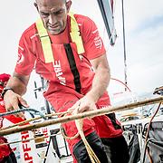 © María Muiña I MAPFRE: Xabi Fernández a bordo del MAPFRE durante un entrenamiento costero. Xabi Fernández on board MAPFRE during an inshore training.