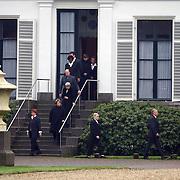 Overbrengen lichaam van overleden prins Bernhard van paleis Soestdijk, personeel vormt erehaag