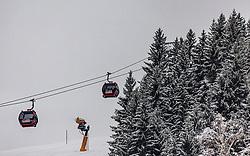 THEMENBILD - die Gondeln der 12 Kogel Gondelbahn, Skispuren auf der Skipiste und Schneekanonen am Pistenrand, aufgenommen am 13. Dezember 2019, Hinterglemm, Österreich // the gondolas of the 12 Kogel gondola lift, ski tracks on the ski slope and snow cannons at the edge of the slope on 2019/12/13, Hinterglemm, Austria. EXPA Pictures © 2019, PhotoCredit: EXPA/ Stefanie Oberhauser