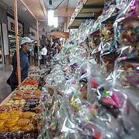 Toluca, México.- La tradicional feria del alfeñique dio inicio en los Portales de la ciudad bajo estrictas medidas sanitarias para evitar contagios por Covid-19. Agencia MVT / Mario Vázquez de la Torre