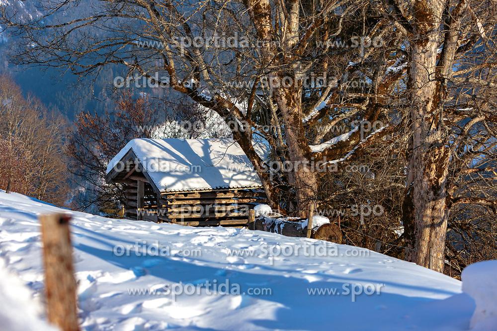 THEMENBILD - ein Heustadl, auch Heuschober genannt, mit Schnee mit Schnee bedeckt, aufgenommen am 28. Februar 2018, Zell am See, Österreich // a haystack covered in snow with snow on 2018/02/28, Zell am See, Austria. EXPA Pictures © 2018, PhotoCredit: EXPA/ Stefanie Oberhauser