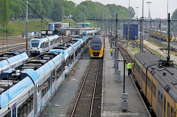 Nederland, Arnhem 30-4-2014In Arnhem staan treinen van vervoerders Breng en de NS op een rangeerterrein geparkeerd.Personeel,medewerkers van de N.S. , nederlandse spoorwegen, controleren hun treinstellen.Foto: Flip Franssen/Hollandse Hoogte