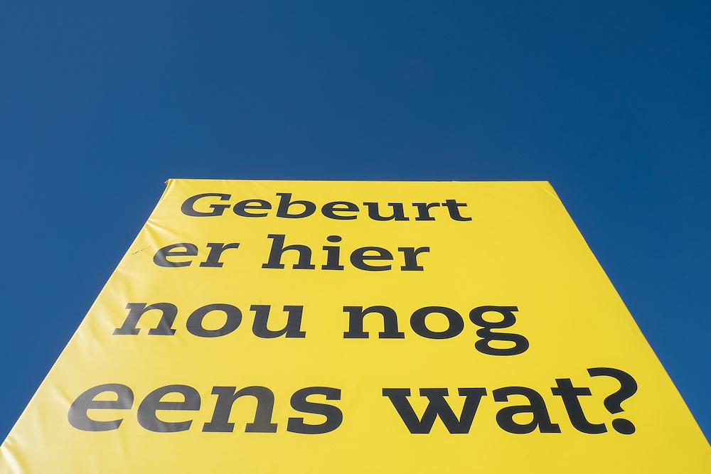 Nederland, Amersfoort, 12 maart  2015<br /> Bord ter promotie van een bouwlandje met de tekst Gebeurt hier nou nog eens wat?  Het terrein ligt al lang braak bij gebrek aan belangstelling om hier wat te bouwen. Is een gevolg van de crisis. <br /> Foto: (c) Michiel Wijnbergh