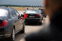 DEU, Deutschland, Germany, Berlin, 10.07.2018: Abfahrt von Li Keqiang, Ministerpräsident von China, in seiner Staatskarosse mit der chinesischen Flagge nach einer Präsentation zum autonomen Fahren im Flughafen Tempelhof.