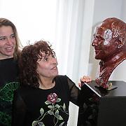 NLD/Amsterdam/20120419 - Onthulling beeld Johnny Kraaijkamp Sr., Shireen Strooker met haar dochter bij het bronzen beeld