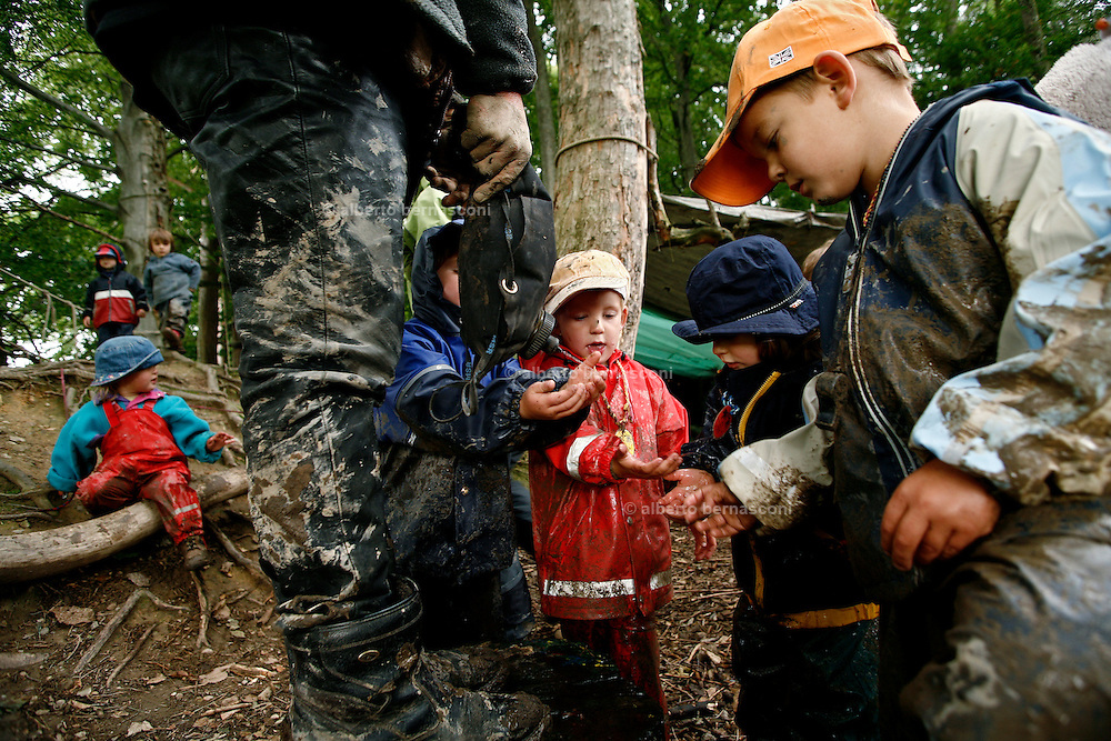 Svizzera, San Gallo, asilo nel bosco , ci si prepara per il pranzo ....Switzerland, St. Gallen, kindergarten in the wood. Children are free to run and enjoy in the wood no matter cold or snow...washing the hands before lunch. children are even involved in cooking the lunch.