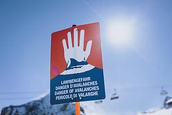 THEMENBILD - Lawinengefahr Hinweisschild am Kitzsteinhorn Gletscherskigebiet, aufgenommen am 13. Februar 2021 in Kaprun, Österreich // Avalanche danger sign at the Kitzsteinhorn glacier ski resort in Kaprun, Austria on 2021/02/13. EXPA Pictures © 2021, PhotoCredit: EXPA/ JFK