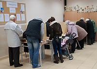 16.11.2014 Bialystok Glosowanie w Obwodowej Komisji Wyborczej nr 137 fot Michal Kosc / AGENCJA WSCHOD