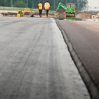 Asfalteer werkzaamheden aan de verbrede A4 ter hoogte van Leiderdorp. road construction on a freeway, measuring the depth of the asphalt.
