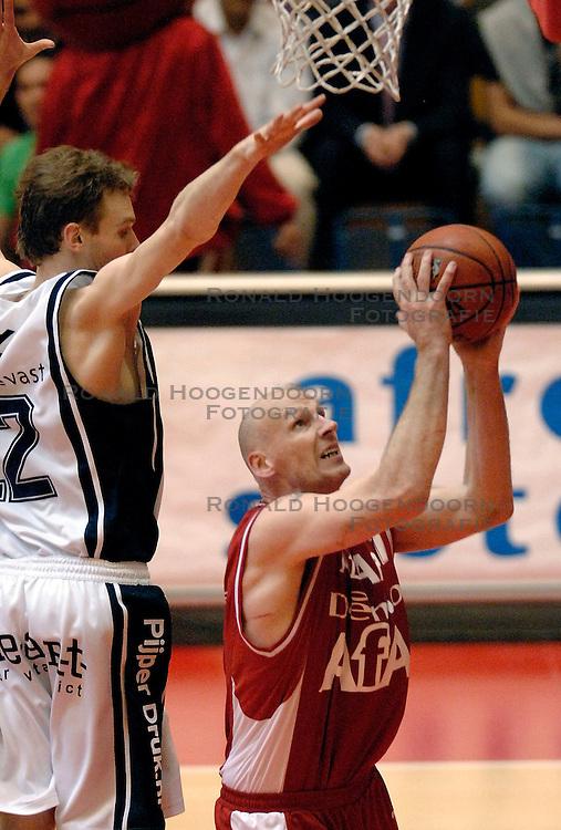27-04-2006 BASKETBAL: HALVE FINALE PLAY OFF: ASTRONAUTS - MPC: AMSTERDAM<br /> MPC wint in Amsterdam van de Astronauts / Mario Bennes<br /> ©2006-WWW.FOTOHOOGENDOORN.NL