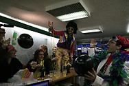 Jeudi noir. 18112006. Paris 11ème. Action chez un vendeur de liste. Au centre, Disco King, comédien et mascote de Jeudi noir.<br /> <br /> Le collectif Jeudi Noir se bat contre les prix élevés de l'immobilier pour les jeunes et les bas salaires. Depuis fin octobre 2006, Jeudi noir s'invite lors de visite d'appartement en location, à la vente, dans les agences immobilières ou chez des vendeurs de liste pour y faire la fête et revendiquer un éclatement de la bulle immobilière et un interventionnisme de l'État pour réguler le marché immobilier.  Le 31 décembre 2006, le collectif entame une occupation d'un immeuble vide, appartenant à une banque, près de la place de la Bourse à Paris, avec les associations Macaq et le DAL, baptisé le «ministère de la crise du logement » et qui vise à être un lieu de ressource et d'échange sur la crise du logement en France, et à installer le sujet dans la campagne présidentielle 2007. Série en cours…