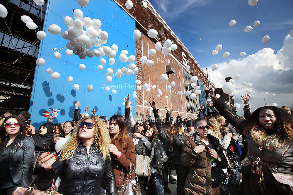 Nederland, Amsterdam , 12 april 2012.. slotmanifestatie Amarantis op het NDSM terrein in Amsterdam Noord..Vrijdag 13 april 2012 organiseren de MBO-scholen van de Amarantis Onderwijsgroep een slotmanifestatie gericht op het behoud van kleinschalig MBO-onderwijs in Amsterdam en Almere. De Amarantis Onderwijsgroep is door het voormalige bestuur opgezadeld met een schuld van 92 miljoen euro, waardoor 30.000 jongeren en 3.300 personeelsleden op straat dreigen te komen staan. De manifestatie vindt vanaf 15.45 uur plaats in de grote hal Noorderstrook op de NDSM-Werf in Amsterdam-Noord (Tt. Neveritaweg 15a). Onder anderen zal Jan Marijnissen spreken, er wordt een petitie aangeboden en leerlingen en bekende artiesten zullen optredens verzorgen. De presentatie is in handen van Gijs Staverman..Op de foto: Het programma begint om 15.45 uur met het oplaten van 999 ballonnen, gevolgd door een minuut stilte...Foto:Jean-Pierre Jans