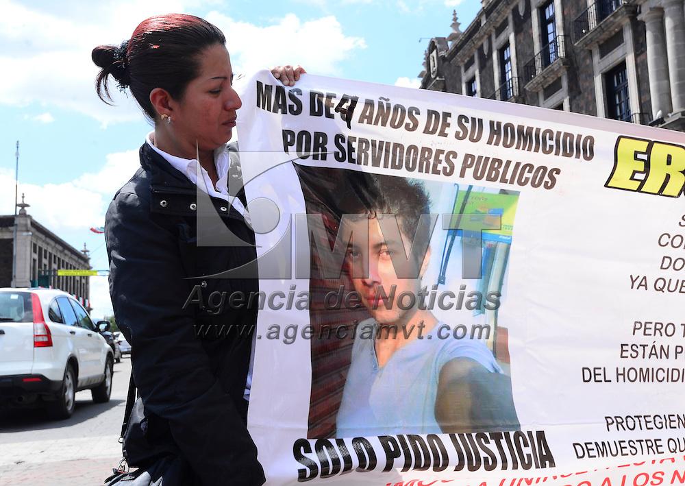 Toluca, México (Septiembre 19, 2016).- Familiares de Daniel Charola Hidalgo, quien fue asesinado en el 2011instalaron una huelga de hambre frente a Palacio de Gobierno, exigiendo se haga justicia, ya que después 5 años los culpables no han sido detenidos, responsabilizando a policías municipales de Tlamanalco del asesinato.  Agencia MVT / Crisanta Espinosa