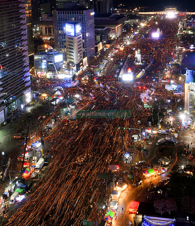 Proteste gegen Park Geun-hye in Seoul / 101216<br /> <br /> <br /> ***With candles in their hands, demonstrators march through central Seoul on Dec. 10, 2016, seeking immediate resignation of scandal-plagued President Park Geun Hye, a day after parliament voted to impeach her over an influence-peddling scandal. ***