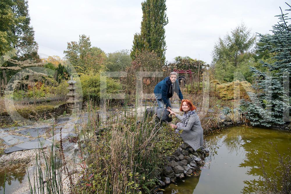 LOOZEN - Overname Vijvertuinen.<br /> Foto: Erik de Jonge en Helga Grassler hebben de tuinen overgenomen en maken deze nu weer winterklaar.<br /> FFU PRESS AGENCY COPYRIGHT FRANK UIJLENBROEK