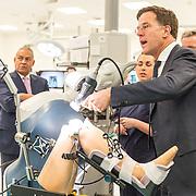 NLD/Amsterdam/20190206- Bezoek Mark Rutte aan het Skills Centre (AMC), Mark Rutte opereert een knie