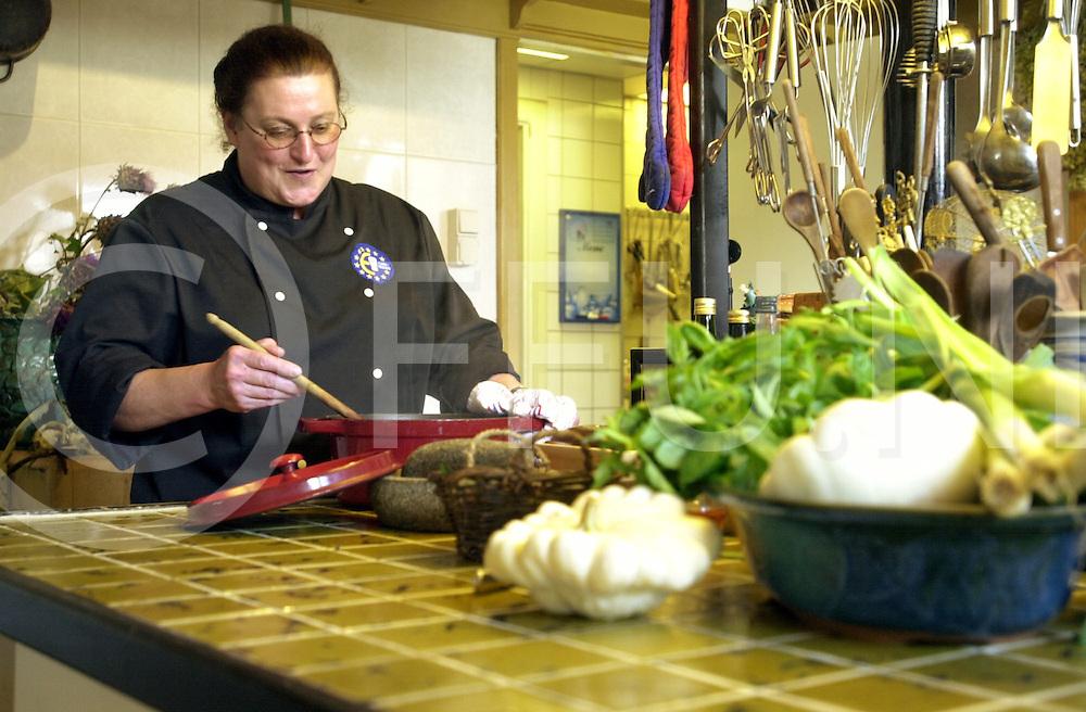 fotografie frank uijlenbroek©2001 frank uijlenbroek.010904 appelscha ned.Carolien Verhoeven in de keuken van haar museum.