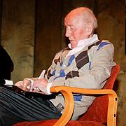 NLD/Laren/20100419 - Overhandiging boek John Kraaijkamp, John Kraaijkamp bekijkt het ouvreboek