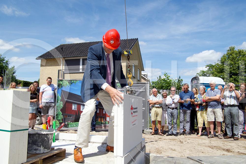 LEMELERVELD - 1e Steen Kloostertuin.<br /> Foto: Wethouder Klaas Agricola plaatste secuur de eerste steen op de plaats.<br /> FFU PRESS AGENCY COPYRIGHT FRANK UIJLENBROEK